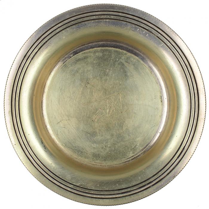 Тарелка сервировочная под вино сгравированным флагом Морского Министра Российской Империи. [Б.м., 1890].