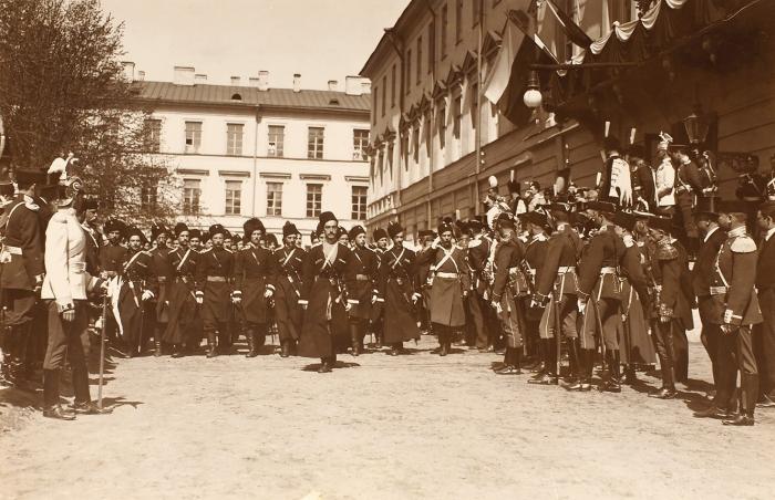Фотография «Церемониальный марш юнкеров-казаков вчесть 75-летнего юбилея». [СПб., 1896].