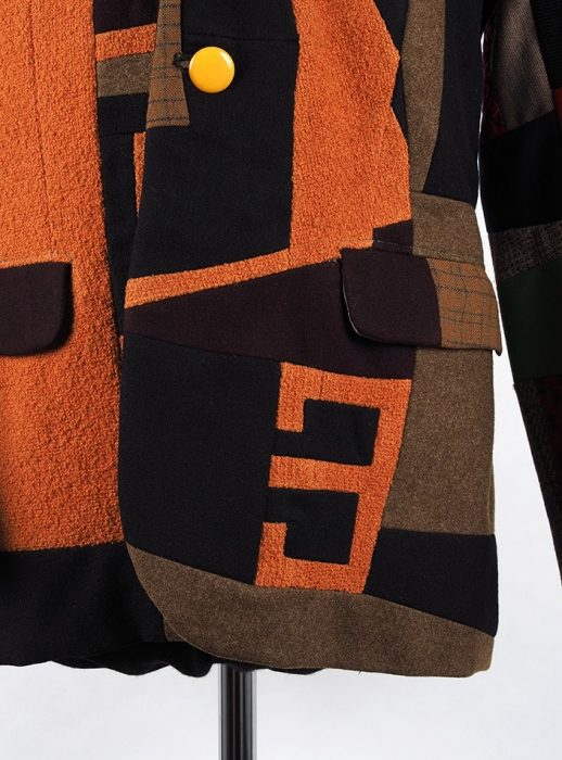 Собственноручно скроенный исшитый Эдуардом Лимоновым пиджак, состоящий из114 лоскутов разноцветных тканей. Начало 1970-х годов.