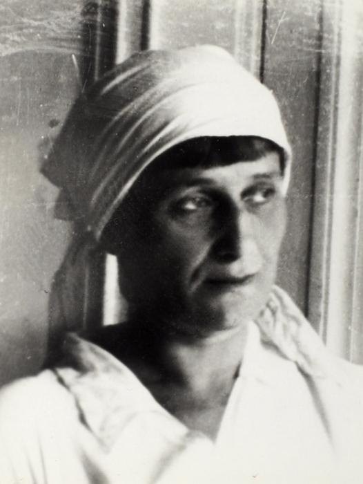 Фотография «А.Ахматова надаче уШервинских 17июля 1936г.»/ фото Л.Горнунг. Коломна, 1936.