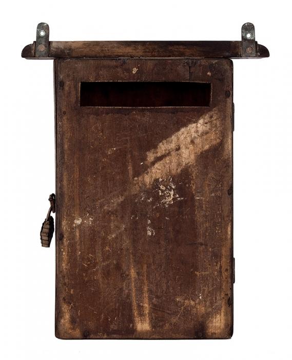 Ящик для писем. Россия. Начало ХХвека. Дерево, резьба, басма. Размер 38x23x10,5см.