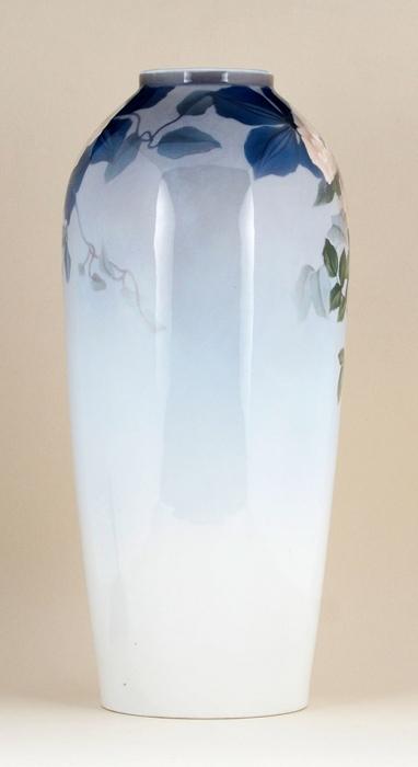 Ваза сизображением цветов. Дания, Копенгаген, фабрика «Бинг иГрёндаль (Bing &Grondahl)». 1902-1915. Фарфор, подглазурная роспись. Высота 36см.
