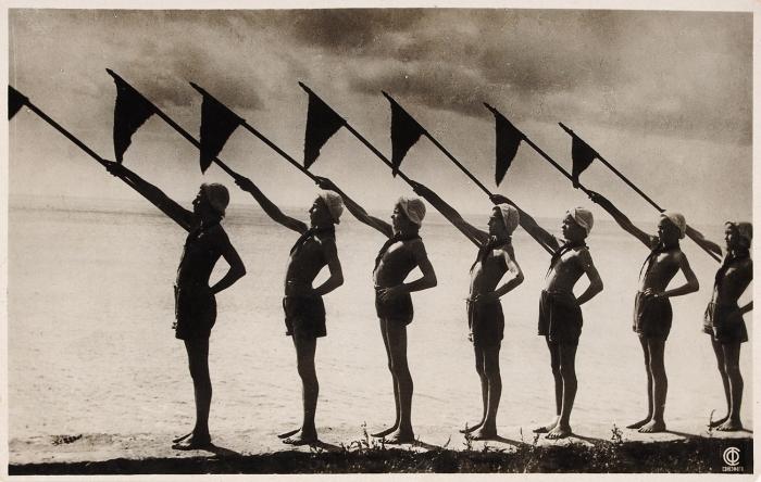 Фотооткрытка: Крым. Пионерский лагерь «Артек». Растет бодрая издоровая смена. М.: Союзфото, 1935.