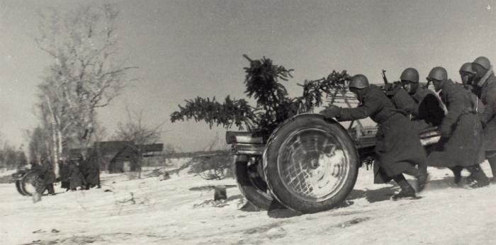 Фотография «Орудийный расчетст. сержанта Юсупова выкатывает орудие для стрельбы прямой наводкой»/ фот. В.Киселева. Волхов, 1942.