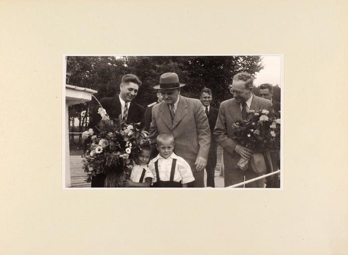 [Экземпляр тов. Шверника] Пионерский лагерь детей работников аппарата Президиума Верховного Совета СССР. Альбом фотографий.1947.