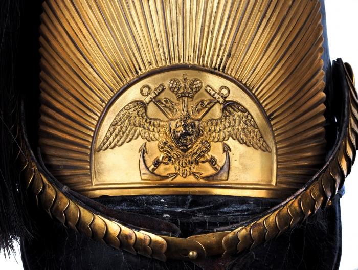 [Гардемарины, вперёд!] Офицерский кивер Морского кадетского корпуса, образца 1850г.спарадным султаном, гербом иофицерской кокардой. [СПб., 1850].
