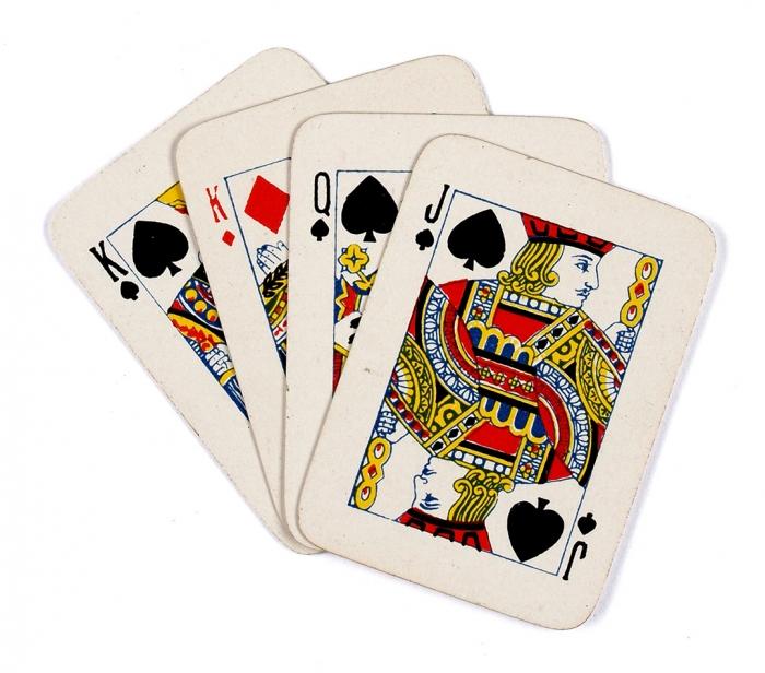 [Императрица проигрывать вкарты нелюбила...] Пасьянсные игральные карты для игры «Император» идругих пасьянсов. Две колоды по52карты вроскошном футляре под красный муар сзолотым тиснением. Предположительно САСШ: The United States Playing Card Company, 1900-е гг.