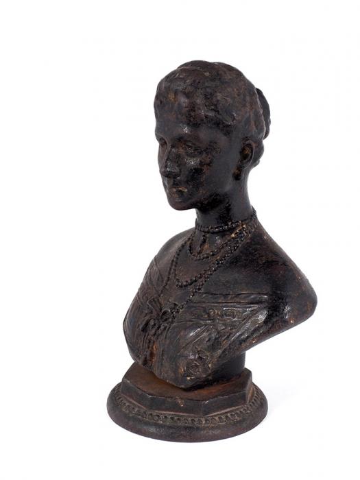 Скульптурный бюст «Императрица Александра Федоровна». Автор И. Гинцбург.1898. Чугун. Высота22,5см.