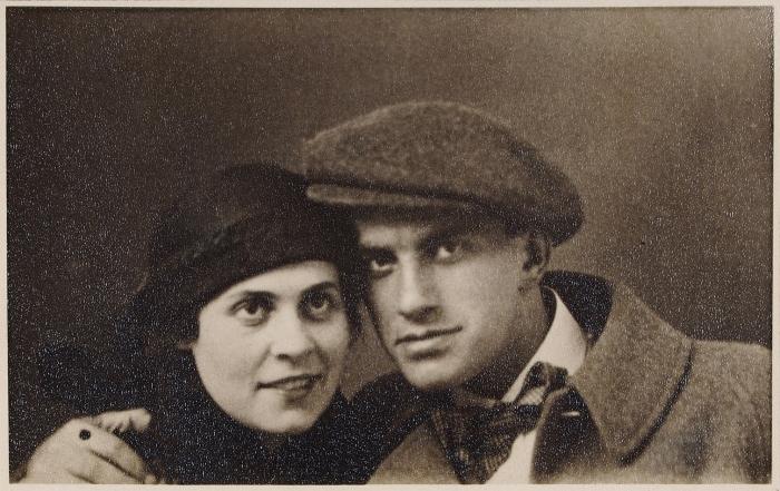 [Автограф Л. Брик, подтвержденный Д.Бурлюком] Фотография Лили Брик иВладимира Маяковского. Пг., 1915 [снимок].