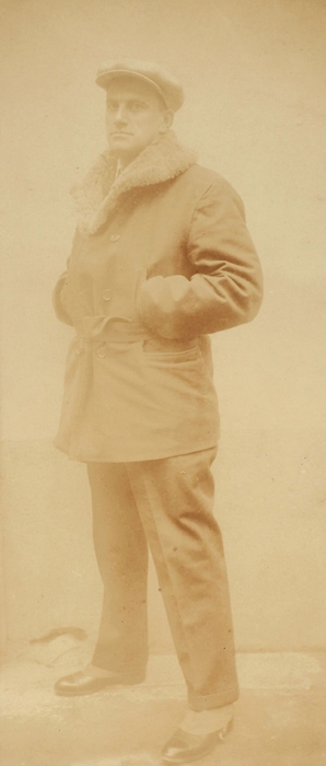 Фотография Владимира Маяковского/ фото П.И. Шумова. Париж, 1925.